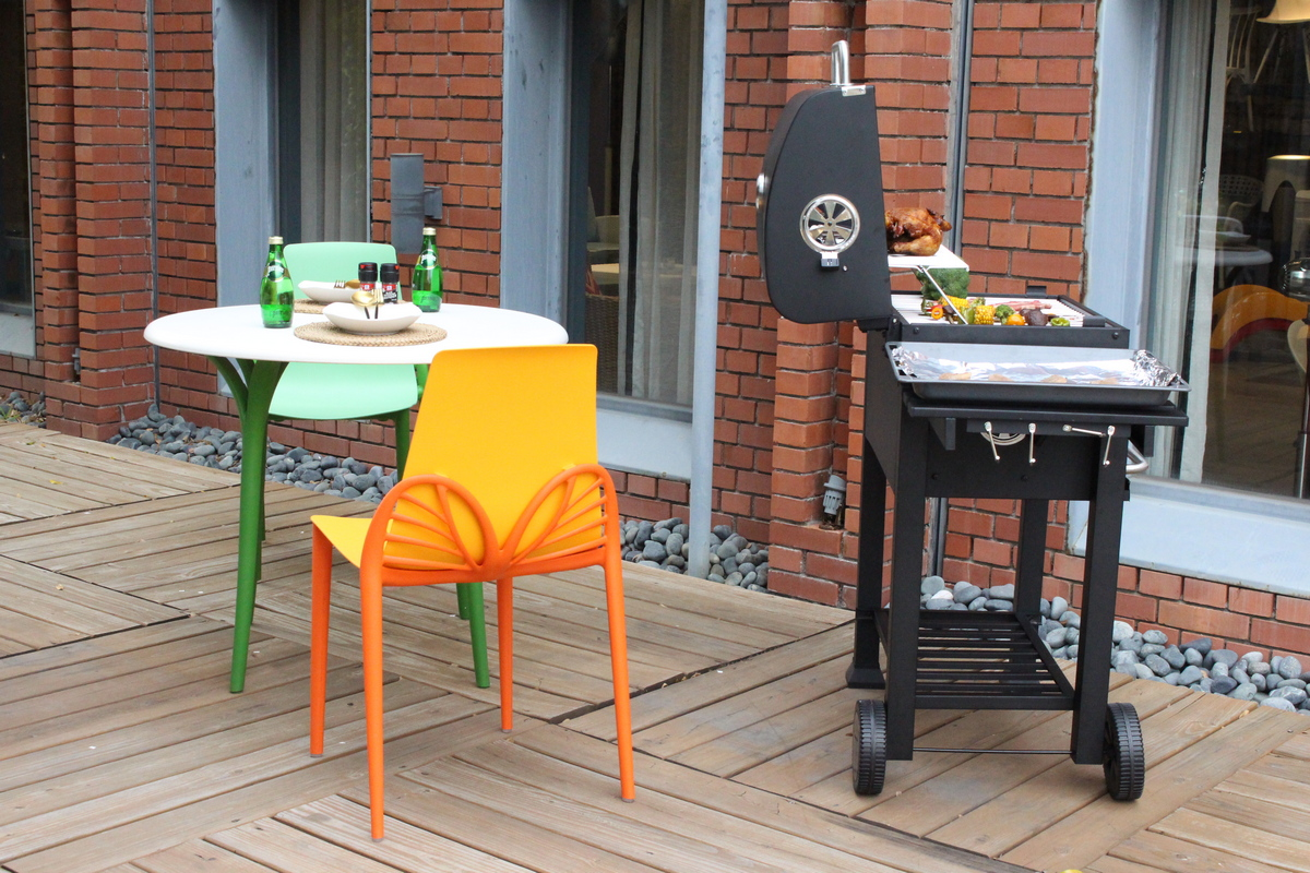 Chat with the guests and cook the barbecue at the same time